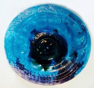 TÍTULO: Prato Azul em Vidro DIMENSÕES: diâmetro 37 cm VALOR: R$ 125,00 DESCRIÇÃO: Prato em vidro fundido (fusing) na cor azul e tons preto e violeta. Uso utilitário ou decorativo.