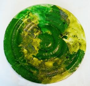 TÍTULO: Prato Verde em Vidro DIMENSÕES: diâmetro 37 cm VALOR: R$ 125,00 DESCRIÇÃO: Prato em vidro fundido (fusing) na cor verde e tons em amarelo. Uso utilitário ou decorativo.