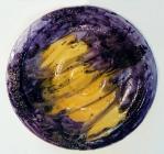 TÍTULO: Prato Violeta em Vidro DIMENSÕES: diâmetro 37 cm VALOR: R$ 125,00 DESCRIÇÃO: Prato em vidro fundido (fusing) na cor violeta e tons preto e amarelo. Uso utilitário ou decorativo.