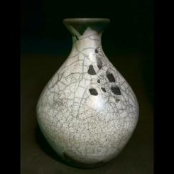 TÍTULO: Vaso em RAKU – YR029. DIMENSÕES: altura 21 cm. VALOR: R$ 120,00. DESCRIÇÃO: Cerâmica em Raku.