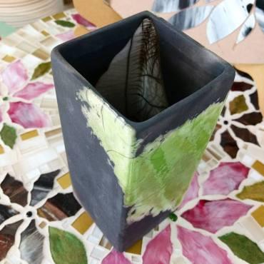 TÍTULO: Vaso em RAKU – YR034. DIMENSÕES: altura 21 cm. VALOR: R$ 120,00. DESCRIÇÃO: Cerâmica em Raku.
